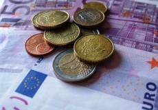 Papiergeld mit Münzen
