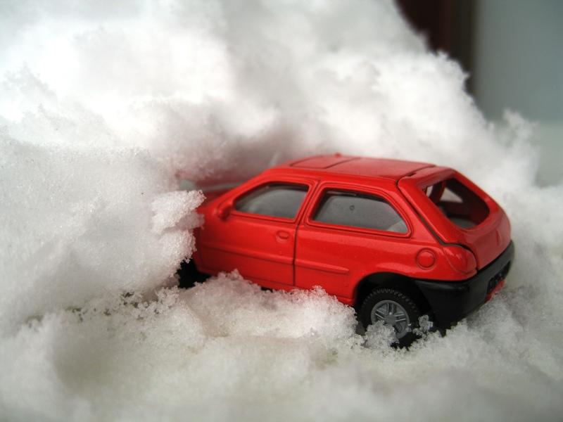 Auto im Schnee Lawine