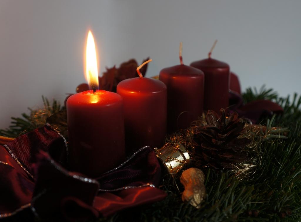 Eine Kerze brennt – Adventskranz