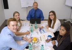 Business Meeting: Teilnehmer schauen in Kamera