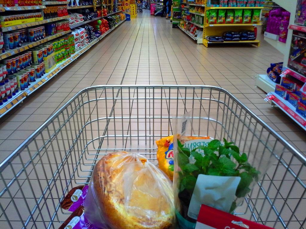 Einkaufswagen-mit-Lebensmitteln-im-supermarkt