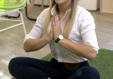 Junge Frau macht eine Yogapause im Büro