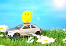 Frohe Ostern – 1 Küken sitzt auf Auto