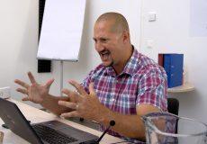 Mann sitzt vor Laptop und ärgert sich