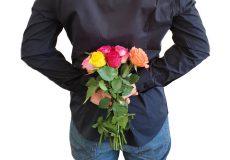 Mann mit Rosen