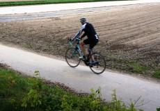 Rennrad neben Acker