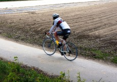 Rennrad neben Feld