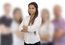 Unterstützung und Zusammenhalt: Frau mit verschränkten Armen