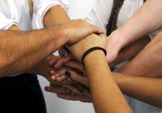 Hände stapeln – Gemeinsam schaffen wir das
