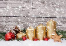 Adventskranz mit 4 Kerzen im Schneefall