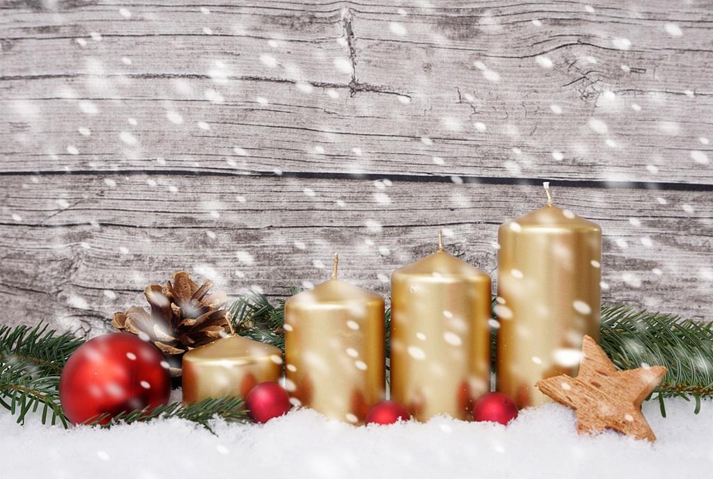 adventskranz mit 4 kerzen im schneefall lizenzfreie fotos bilder kostenlos herunterladen. Black Bedroom Furniture Sets. Home Design Ideas