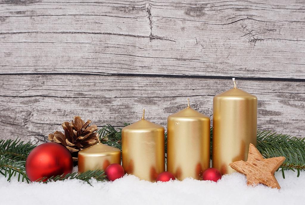 Adventskranz mit 4 goldenen Kerzen