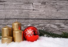 Adventskranz mit goldenen Kerzen und Kugel