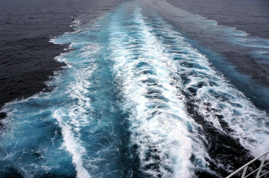 Aufgewirbeltes Wasser von einem Schiff