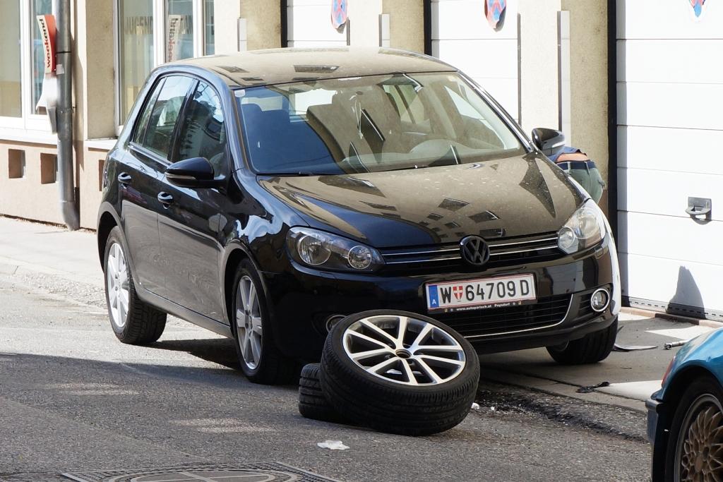 Reifenwechsel, Räderwechsel neben Straße
