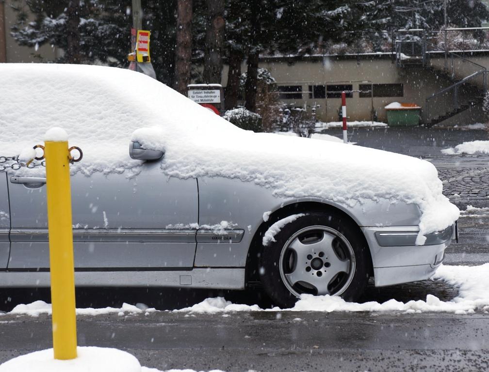 Auto im Schnee (Winter)