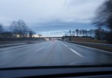 Dämmerung auf der Autobahn