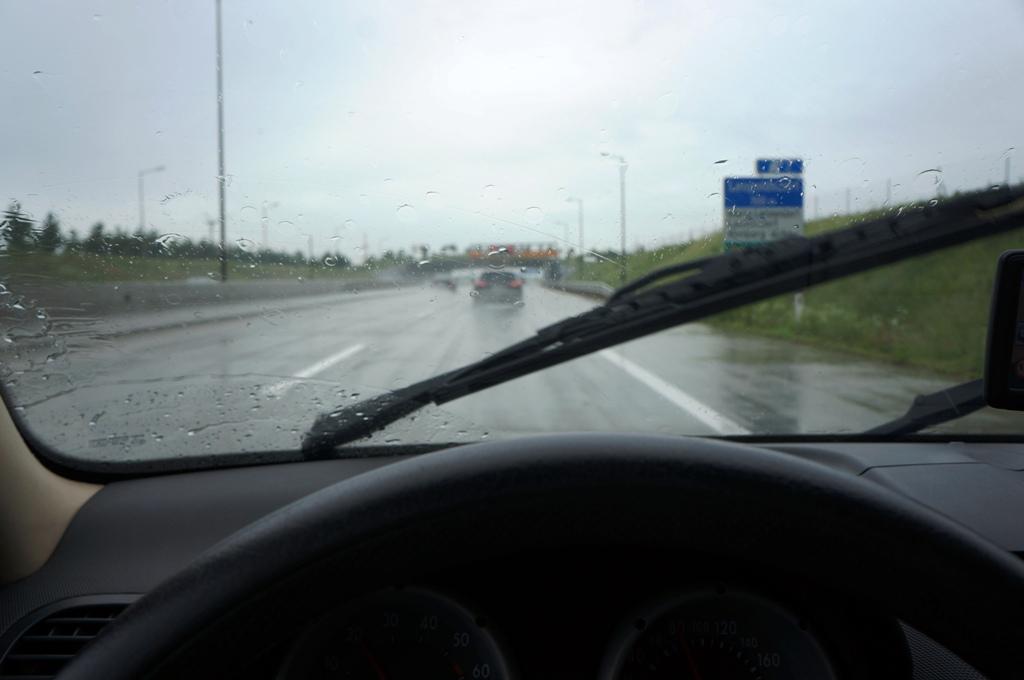 Autobahn bei Regen 2