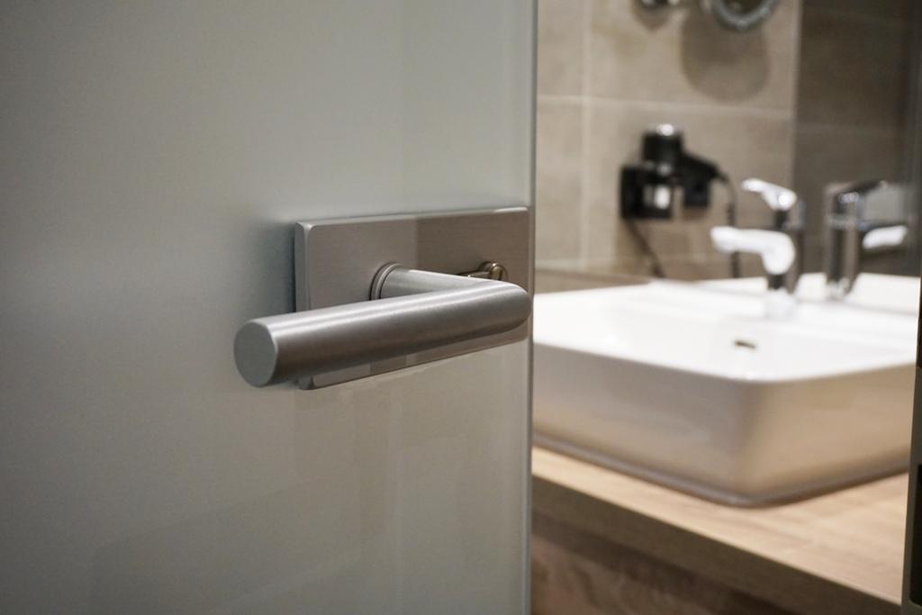 blick in das badezimmer lizenzfreie fotos bilder. Black Bedroom Furniture Sets. Home Design Ideas
