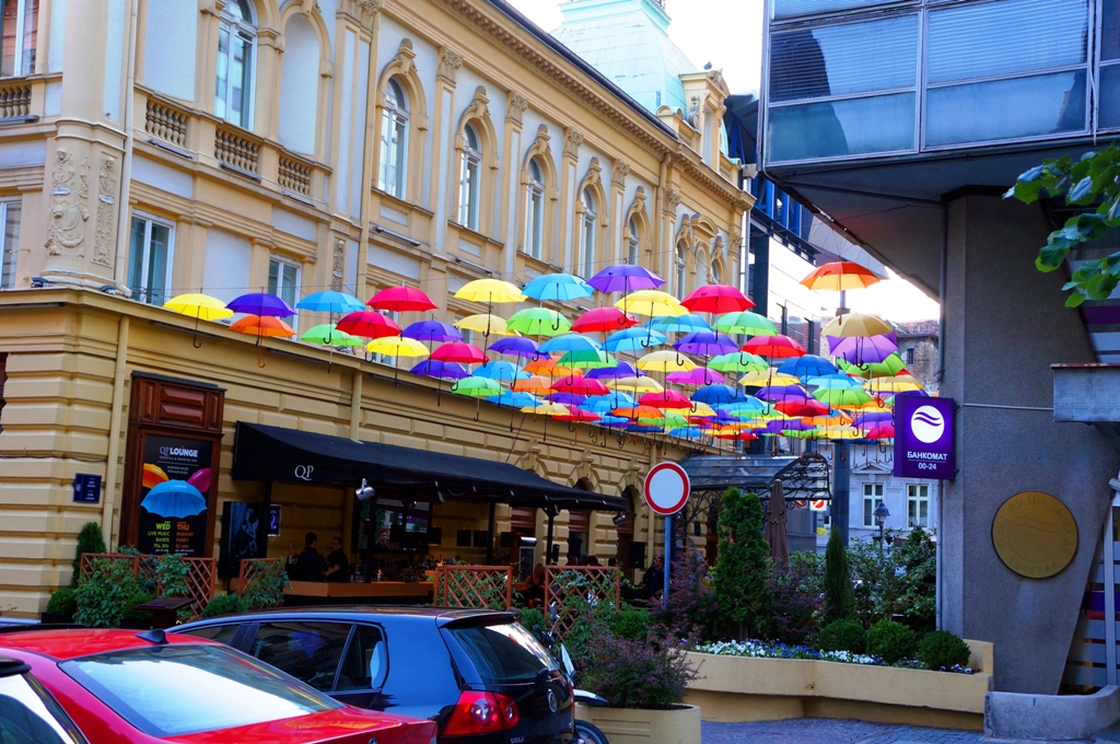 Bar-mit-bunten-Regenschirmen-Belgrad