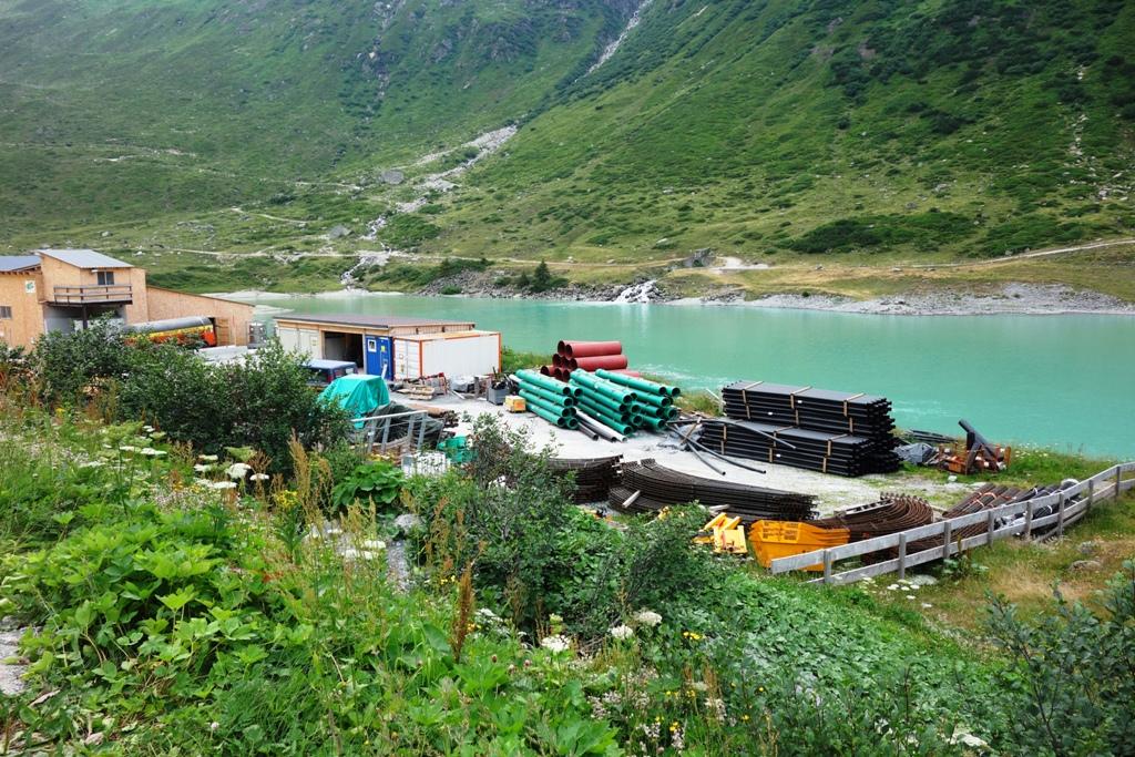 Baustelle neben Bergsee – Vermuntstausee