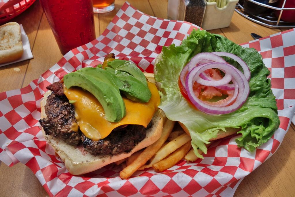 Cheeseburger mit Avocados