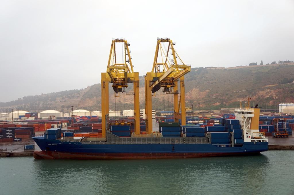 Containerschiff am Hafen wird beladen