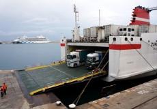 Fährschiff mit LKWs
