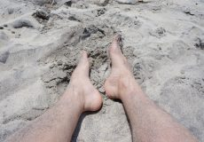 Füße im Sandstrand