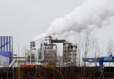 Rauch steigt aus Fabrik