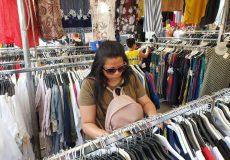 Frau auf dem Kleidermarkt