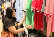 Frau beim Kleidung kaufen