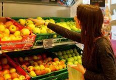 Frau kauft Obst