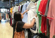 Frau in einem Geschäft Kleidung kaufen