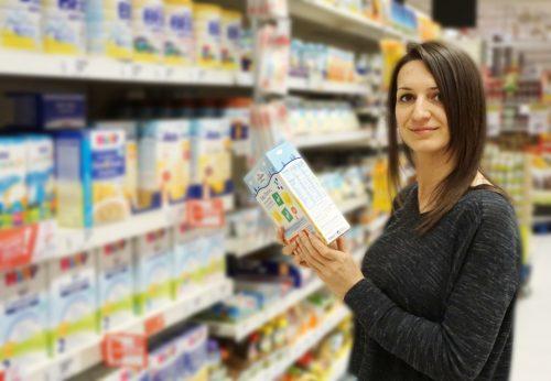 Frau kauft gesunde Lebensmittel