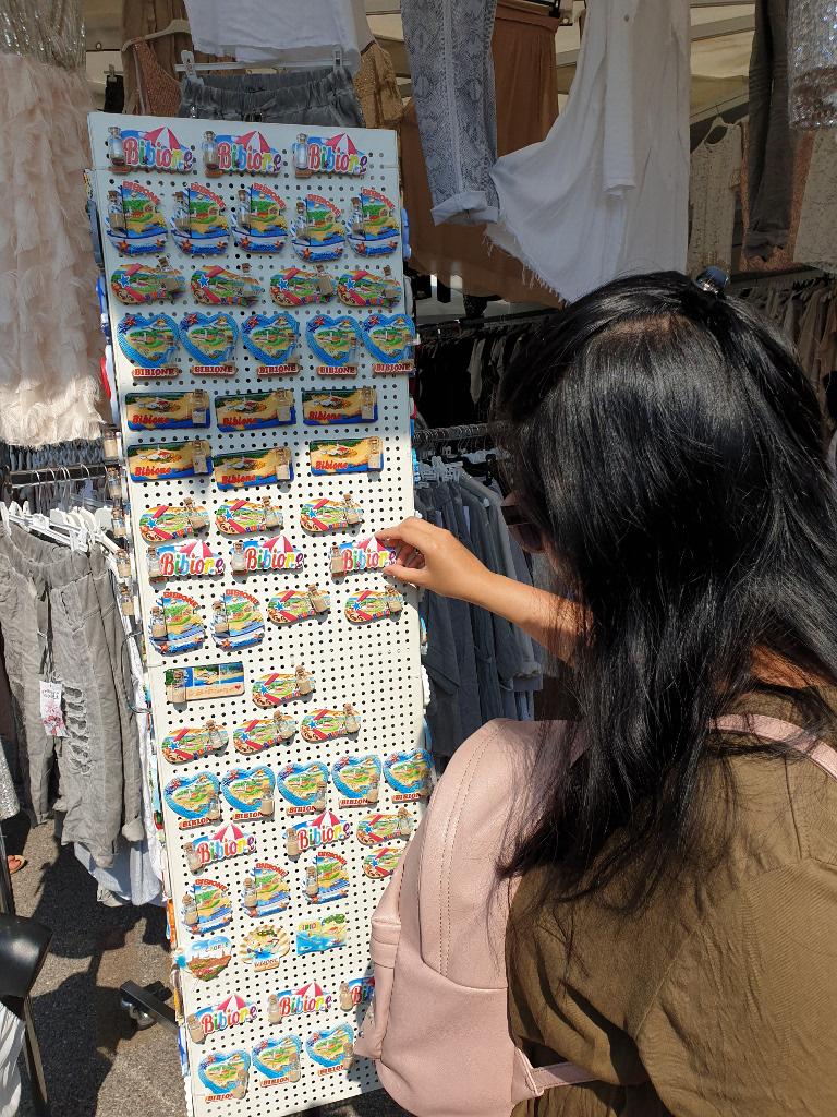 Frau kauft Souvenirs