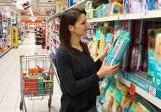 Frau kauft Windeln ein