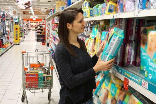 Frau kauft Windeln