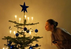 Frau beim Kerzen ausblasen