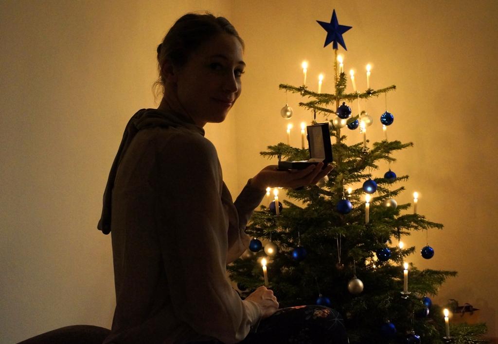 Frau mit Geschenk Weihnachtsbaum