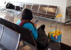 Wartende Frau mit Koffer