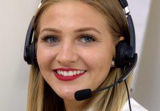 Frau mit Headset Telefon lächelt