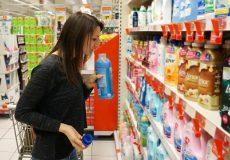 Junge Frauf kauft Waschmittel