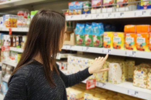 frau-vergleicht-preise-im-supermarkt