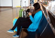 Frau wartet auf Flug