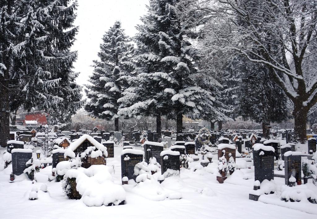 Friedhof im winter schnee lizenzfreie fotos bilder for Goldfischteich im winter