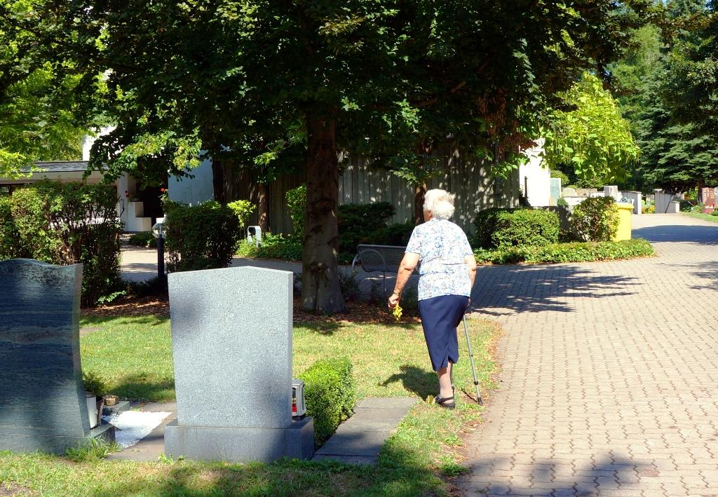 Frau am Friedhof