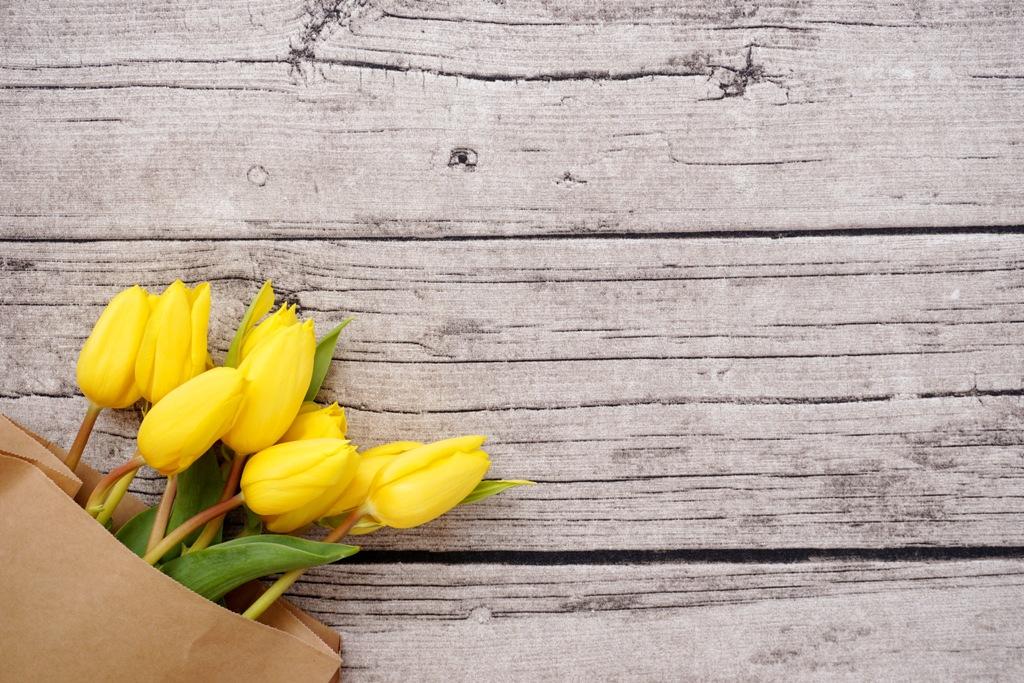 Sack mit Tulpen auf Holztisch