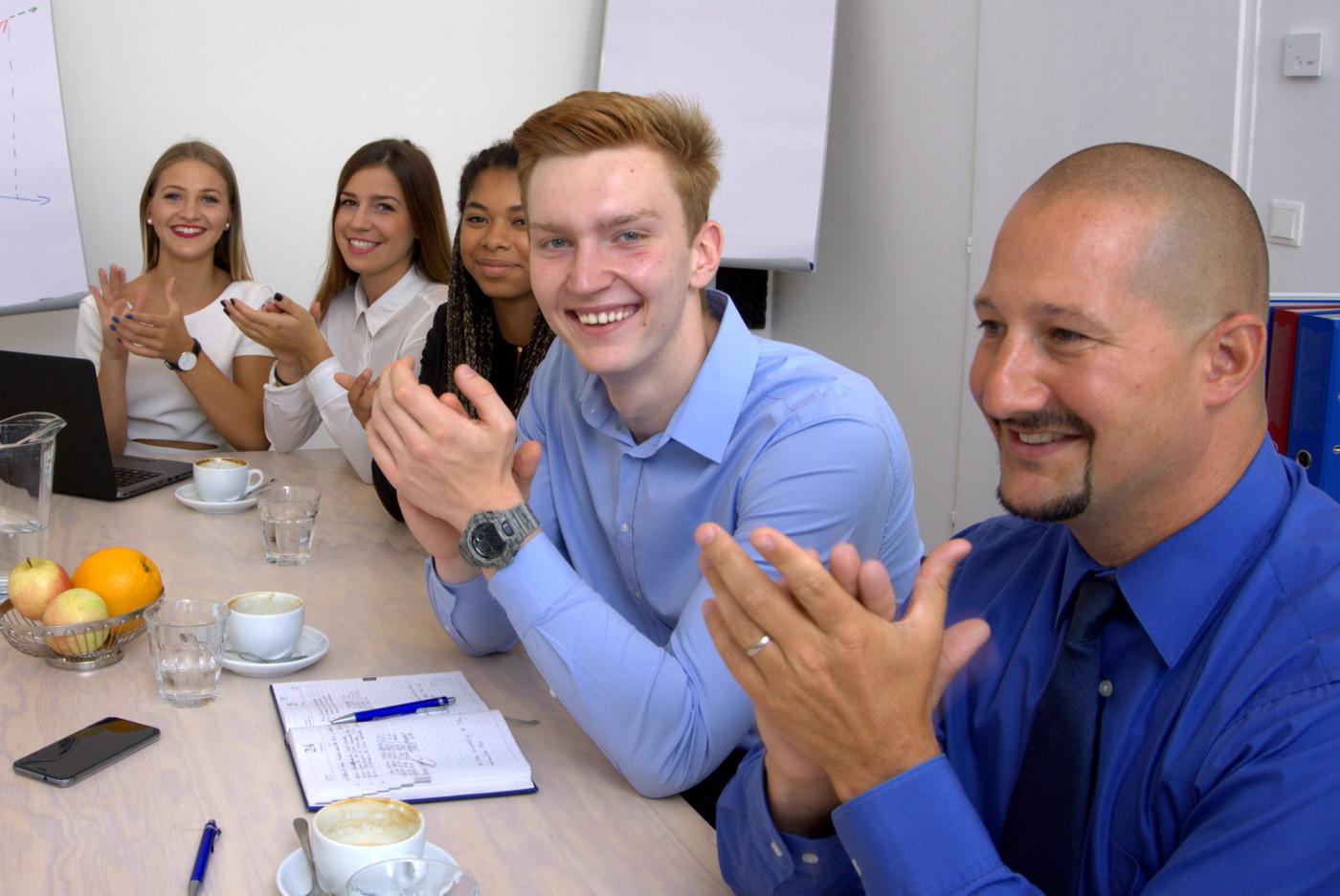 Geschäftsleute applaudieren während dem Meeting