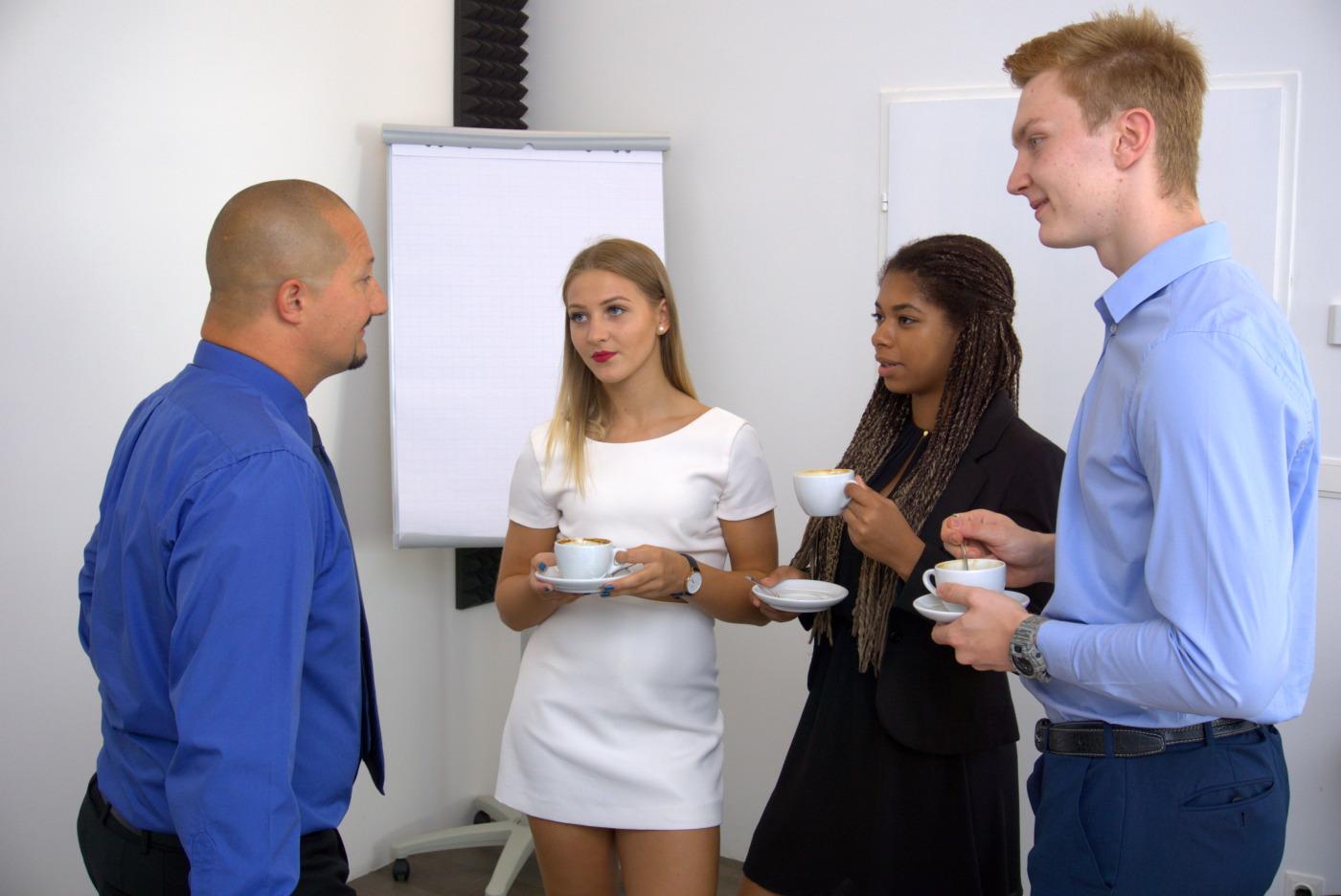 Smalltalk von Geschäftsleuten in einer Pause